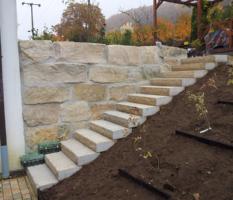 Natursteinmauer und Treppe